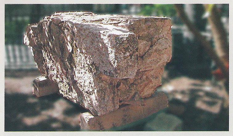 Pedra do antigo muro do Areal da Baroneza, foto de Irene Santos.