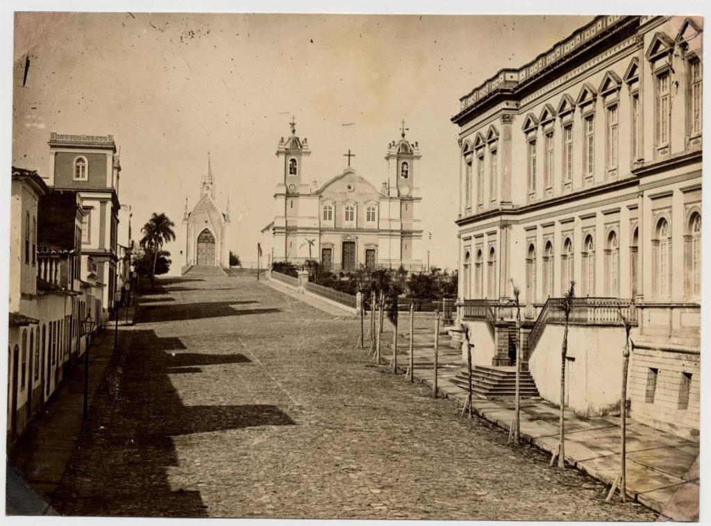 Praça da Matriz com capela do Império. Virgílio Calegari, foto 216f da Fototeca Sioma Breitman.