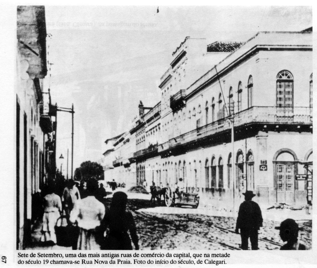 Rua Sete de Setembro na virada do século XIX para o século XX. Fotografia de Virgílio Calegari (PESAVENTO, 1992, p. 67)